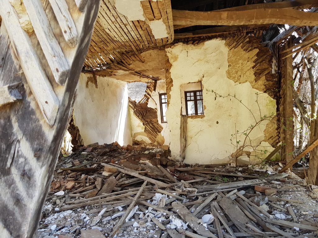 Casa Nataliei avea prispă, două odăi, un foişor şi un iatac în spate.