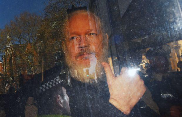 FOTO și VIDEO   Julian Assange a fost arestat! Fondatorul WikiLeaks a fost găsit vinovat de încălcarea termenilor eliberării pe cauţiune. Ce pedeapsă riscă