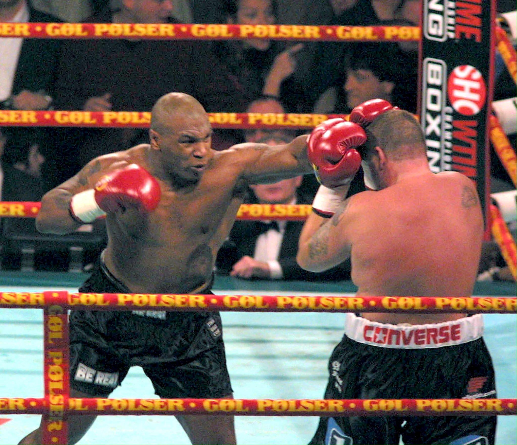 Mike Tyson (stânga), în timpul meciului cu Brian Nielsen din 2001. FOTO: EPA