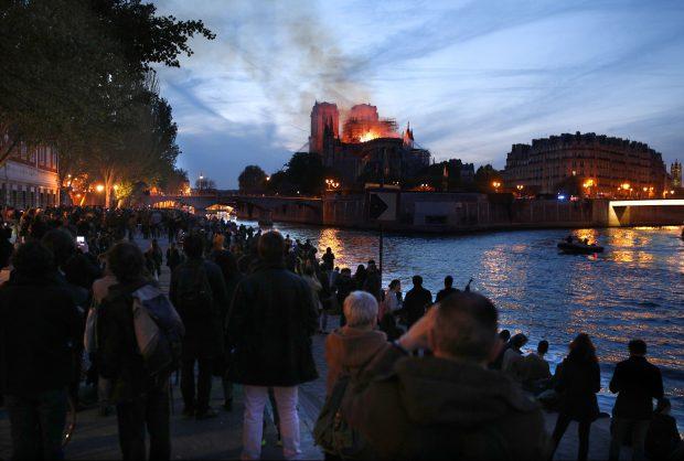 VIDEO |  Zeci de francezi, în genunchi pentru Catedrala Notre-Dame! Oamenii au interpretat cântece religioase și s-au rugat pentru simbolul Parisului