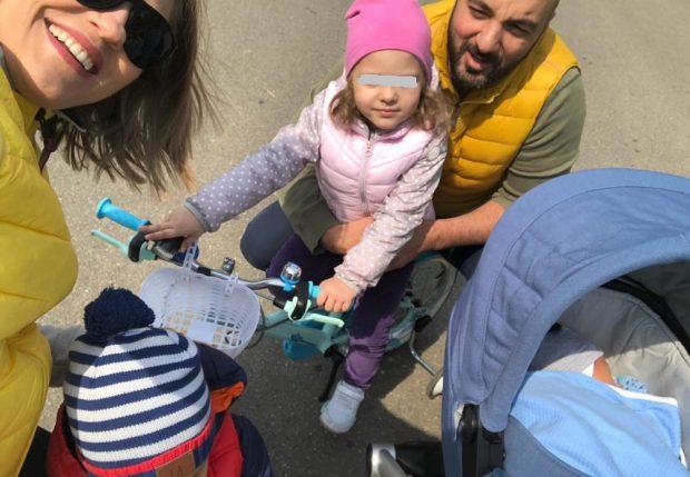 """Mirela Vaida, selfie alături de soţ şi cei trei copii. """"Atât a încăput în poză"""""""