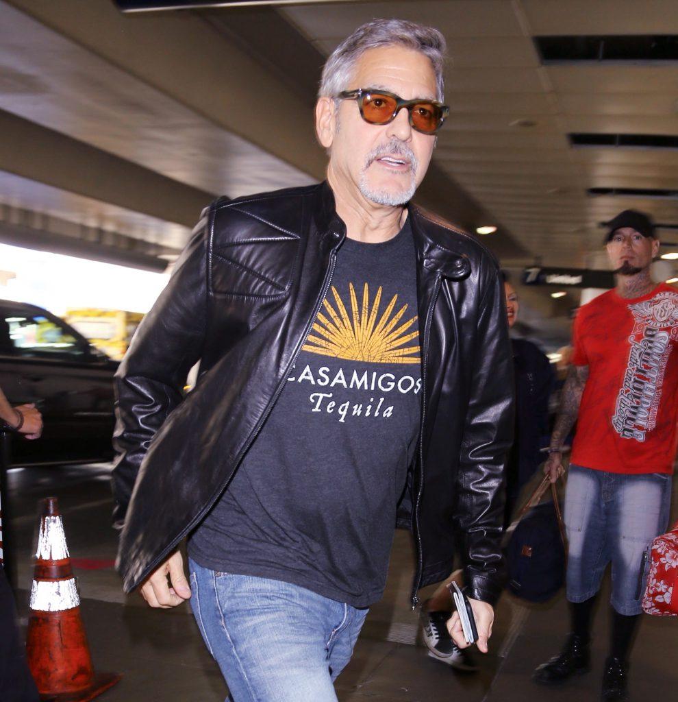 George Clooney poartă un tricou cu sigle companiei sale, care produce tequila