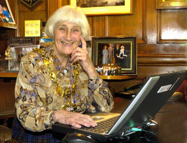 FOTO | Femeie care pornește în campanie electorală la 92 de ani