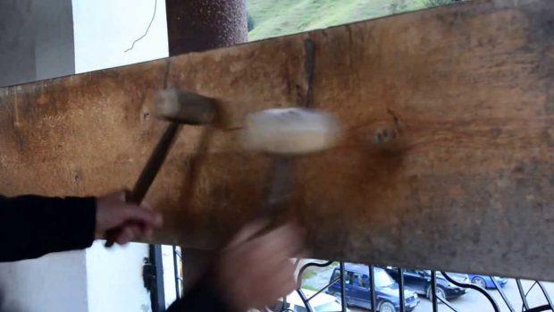 Toaca – o scândură de lemn în care se bate cu două ciocănaşe – datează din perioada precreștină