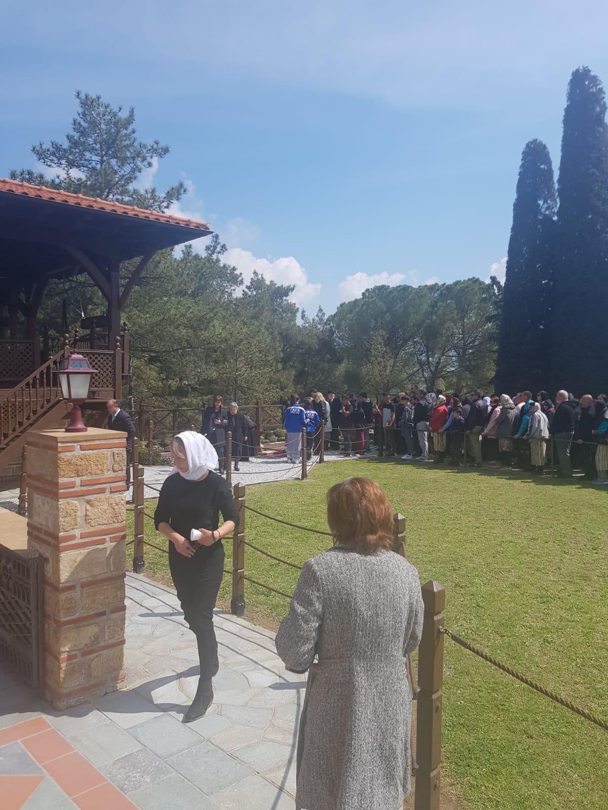 FOTO | Români la coadă la mânăstirea Suroti din Grecia, în duminica Floriilor