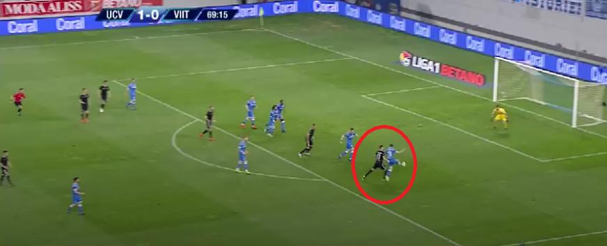 Valentin Mihăilă, echipament albastru, a vrut să respingă mingea preluată de Drăguș / captură TV