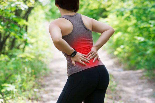 Femeie cu febră și dureri musculare