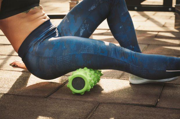 febră musculară - femeie care face exerciții pentru a scăpa de febra musculară