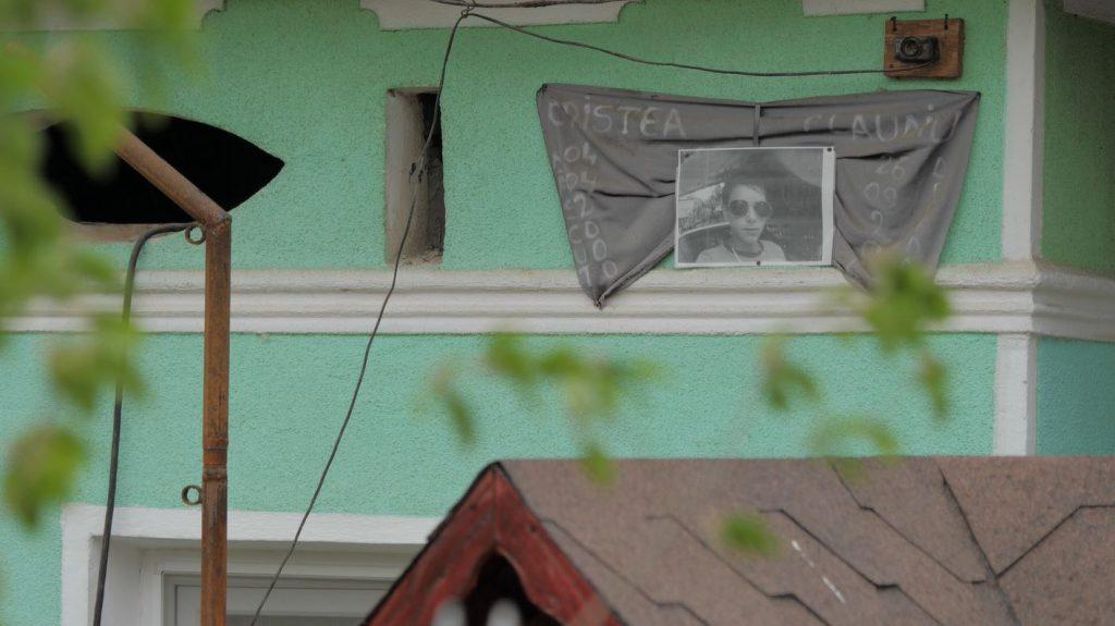 La cinci ani de la moartea lui Claudiu, fotografia lui încă este prinsă pe o pânză de doliu, pe peretele casei