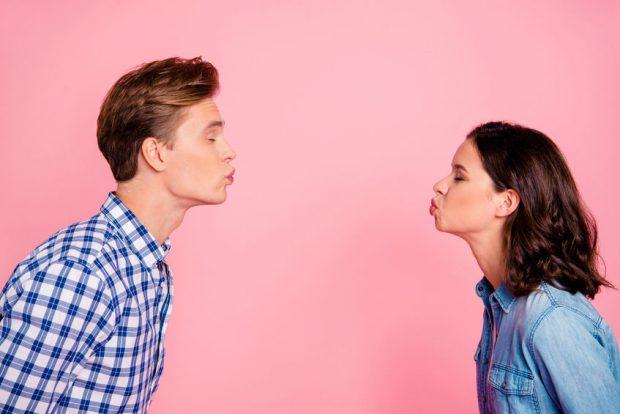 Intrebari la prima intalnire - doi adolescenti care se afla la prima intalnire