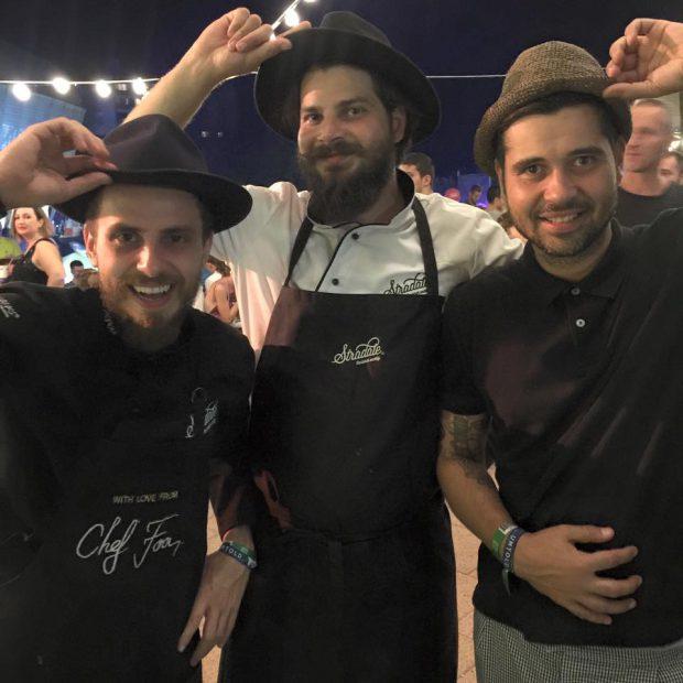 Chef FOA (stânga) gătește împreună cu frații lui, Daniel și Marius