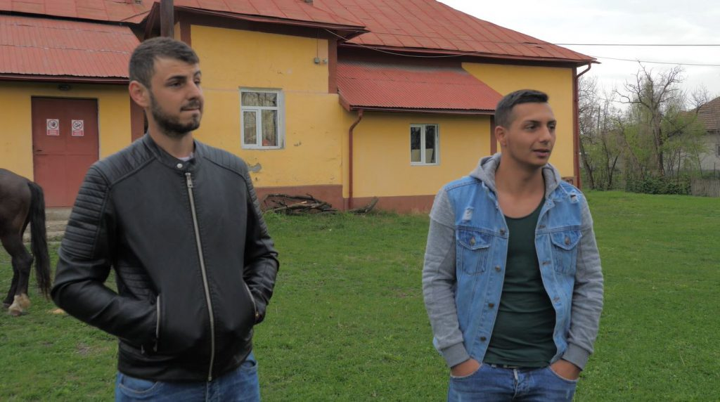 Unul dintre frații mai mari ai lui Claudiu (stânga) și unul dintre foștii colegi