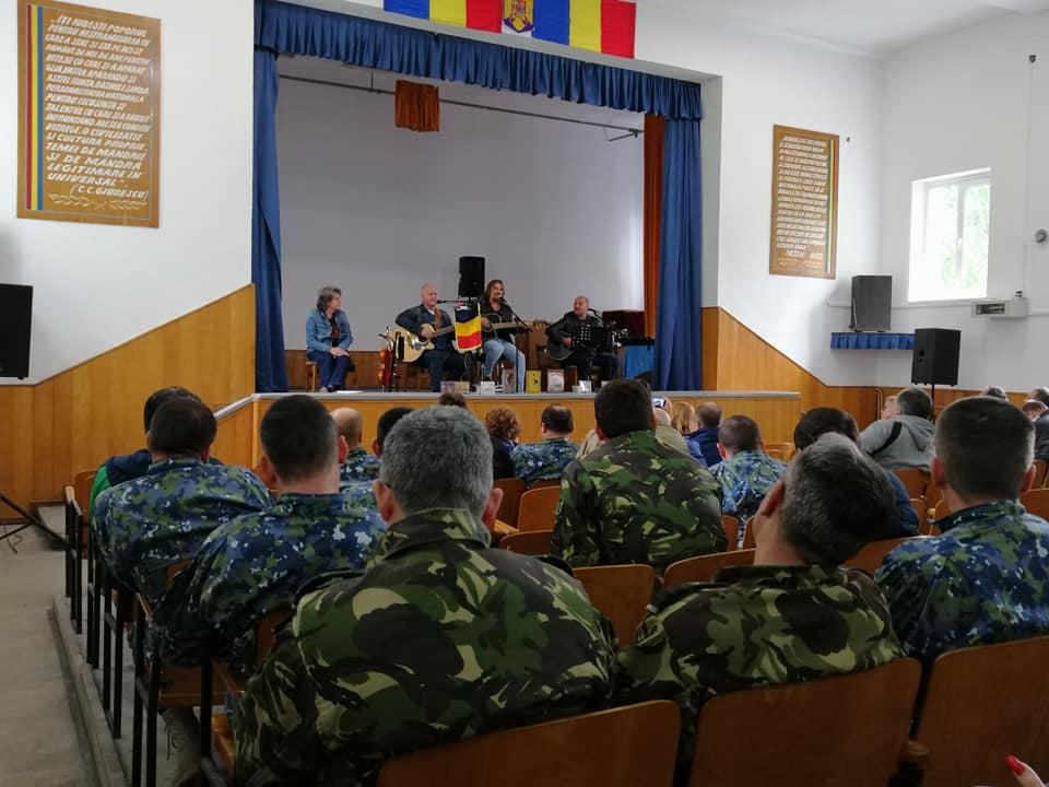 Adrian Sărmășan le-a cântat piloților militari! Puțini știu că este singurul artist ce s-a pregătit ca pilot de supersonic