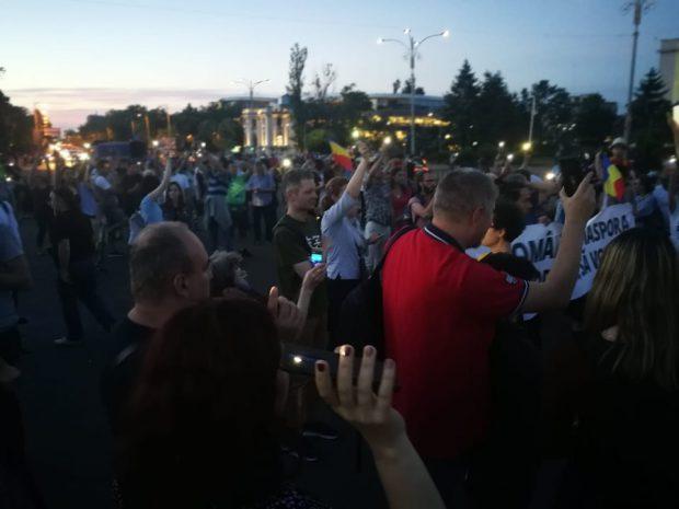 Protest în Piața Victoriei, în semn de solidaritate cu românii care stau la cozi în diaspora