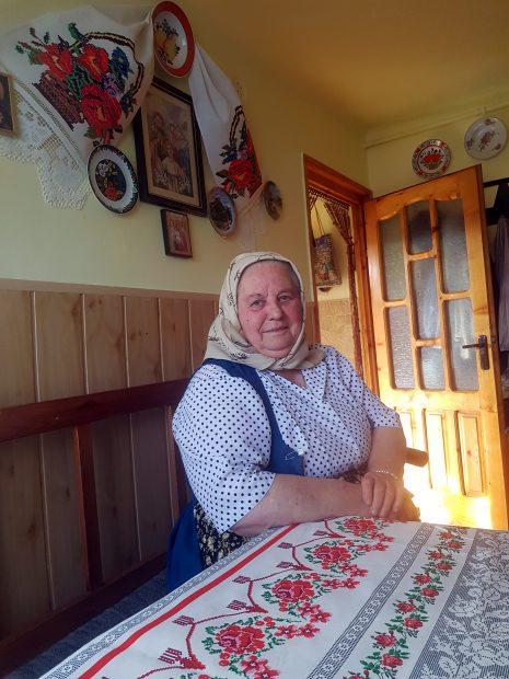 """VIDEO/Am fost în vizită la tanti Lenuța din Chinteni, bunicuța care a incendiat Internetul. """"Tinerii să steie aici și să pună osul. Și fă curat în curtea ta, apoi în țară"""""""