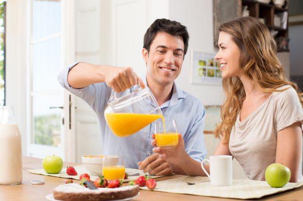 Idei de mic dejun - cuplu care serveste micul dejun