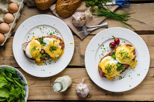 Idei de mic dejun - oua benedict cu sunca si paine prajita