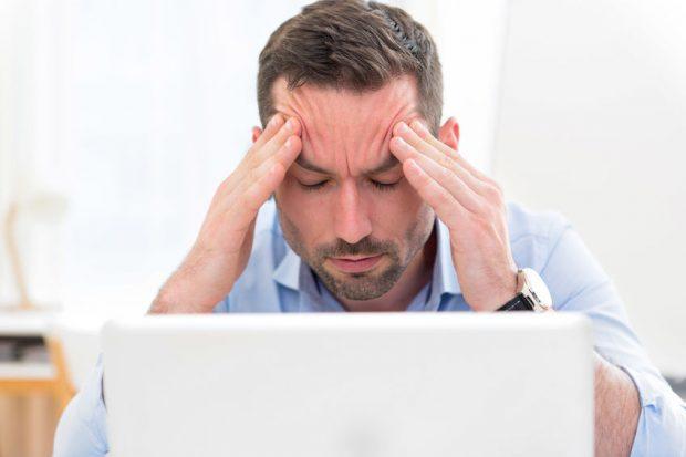 Dureri de cap - barbat care are durere de cap