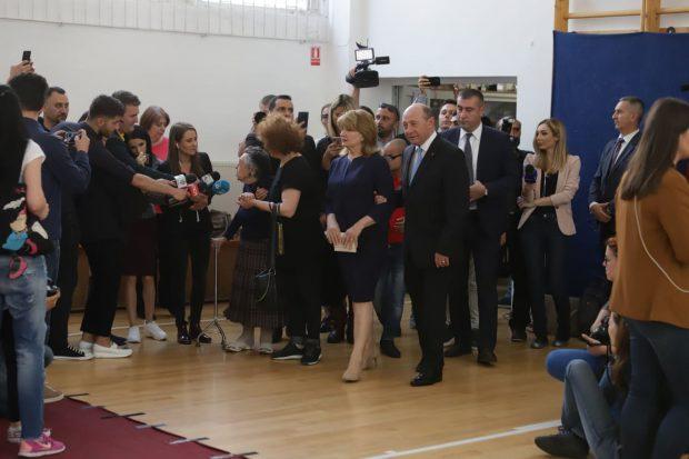 Traian BăsesTraian Băsescu și soția sa, la alegerile europarlamentare / Foto: Sorin Cioponeacu și soția sa / Foto: Sorin Cioponea
