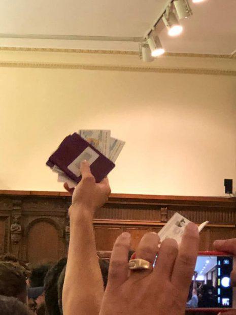 VIDEO | Cum au strâns românii, la o secție de votare din Londra, teancuri de buletine ca să fie scanate înainte de închiderea urnelor, pentru a putea vota cât mai mulți