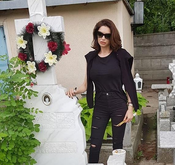 """Cristina Spătar, imagine emoționantă la mormântul mamei sale. """"Știu că ești lângă mine"""""""