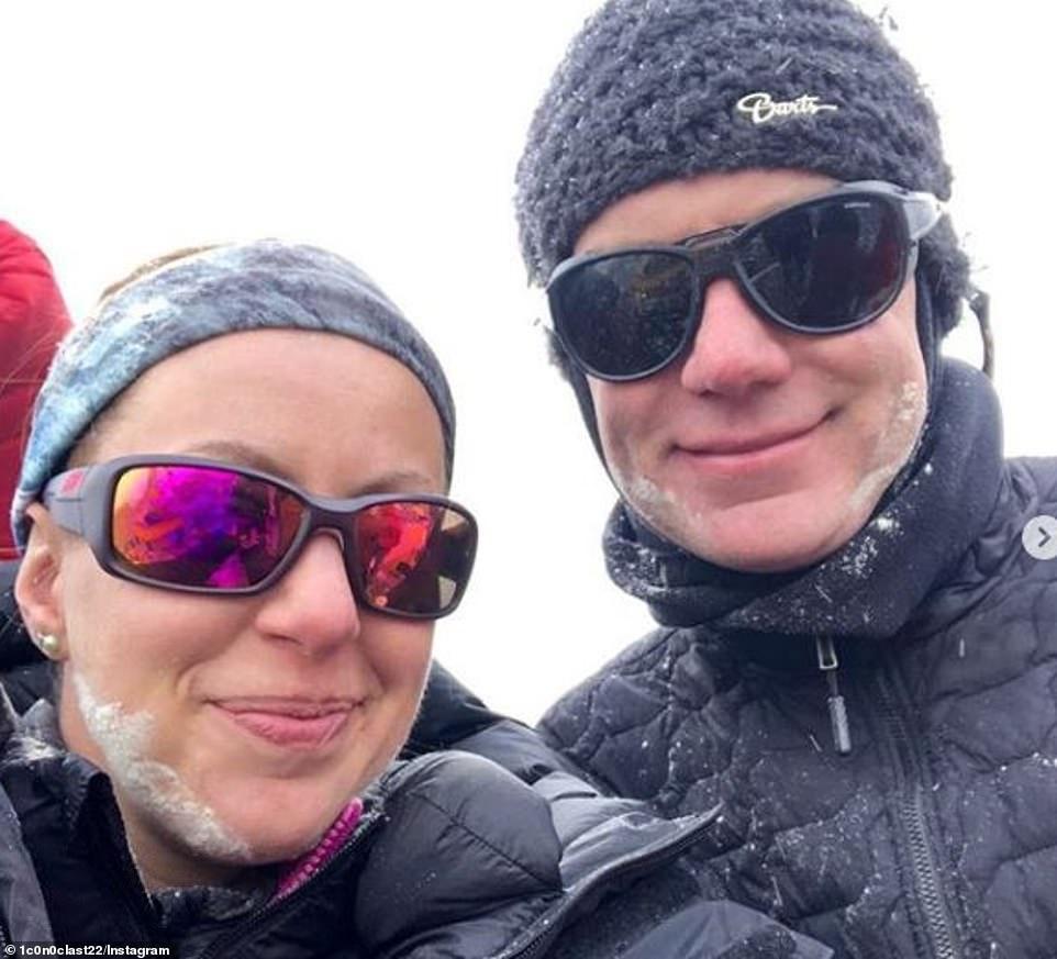 Robin Haynes Fisher (dreapta), în timpul escaladării Everestului
