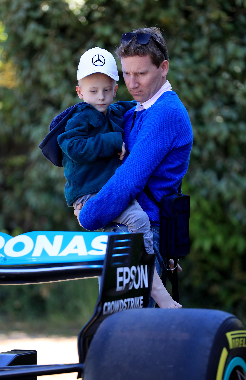 Harry Shaw și tatăl său, James, analizând cu atenția monopostul Mercedes. FOTO: Northfoto