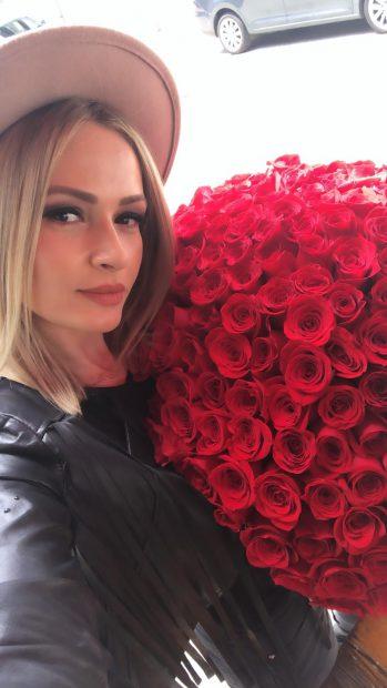 """211 trandafiri pentru Alina Crișan! Băieții de la Direcția 5 au numărat săptămânile petrecute alături de cântăreață și le-au """"tradus"""" în flori"""