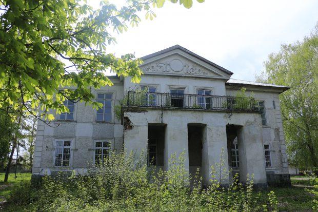 Proprietarii donează conacul Sturza, dar primăria nu-l prea vrea. Una dintre cele mai frumoase clădiri din zona Sucevei, propusă să facă parte din Patrimoniul Național, e abandonată de toată lumea