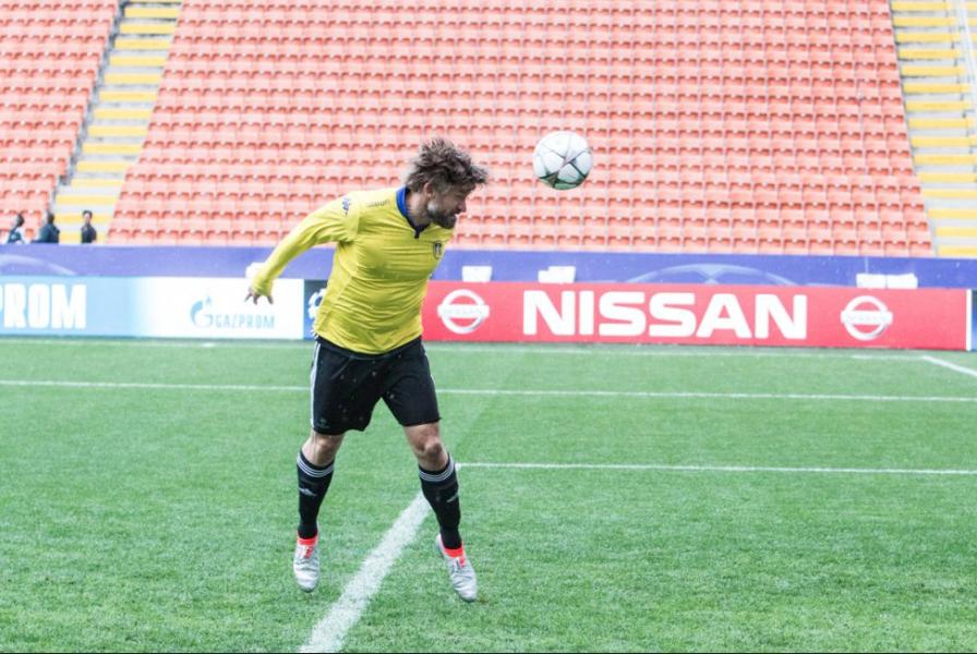 Nikolaj Coster-Waldau (Jaime Lannister), jucând fotbal în tricoul lui Leeds United