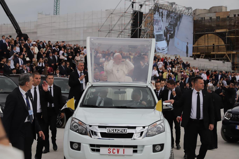 De ce nu a folosit Papa Francisc papamobilul românesc în prima zi a vizitei din România. Explicațiile SPP