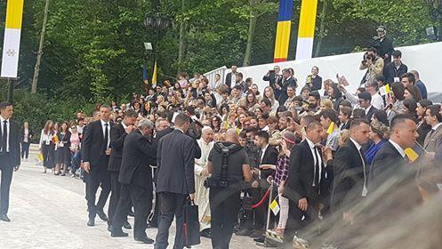 Papa Francisc, primit de mai mulți copii în costume tradiționale la Palatul Cotroceni