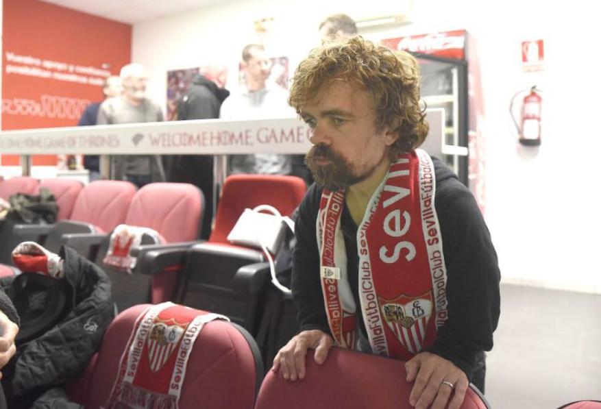 Peter Dinklage (Tyrion Lannister), purtând un fular cu însemnele lui FC Sevilla