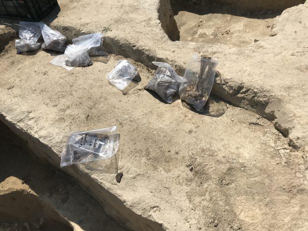 Poveștile morților de sub autostrăzi. O zi pe un șantier arheologic de pe traseul unei mari lucrări de infrastructură sau cum dispare lent arheologia românească