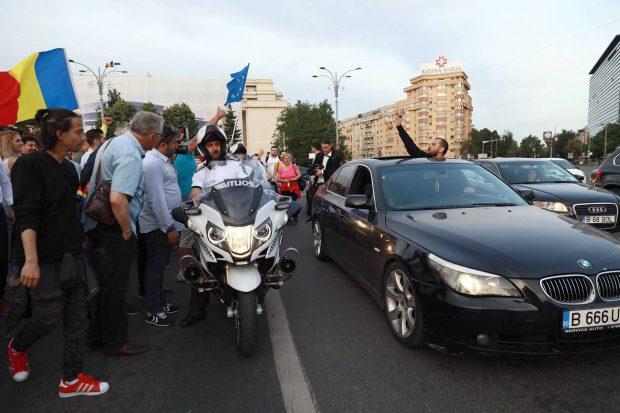 Manifestație în Piața Victoriei după alegerile europarlamentare. Sute de oameni sărbătoresc cu tort rezultatul votului / FOTO