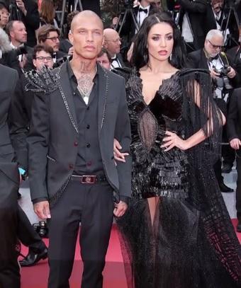 """Românca Andreea Sasu, pe covorul roşu de la Cannes, alături de """"cel mai sexy deţinut"""""""