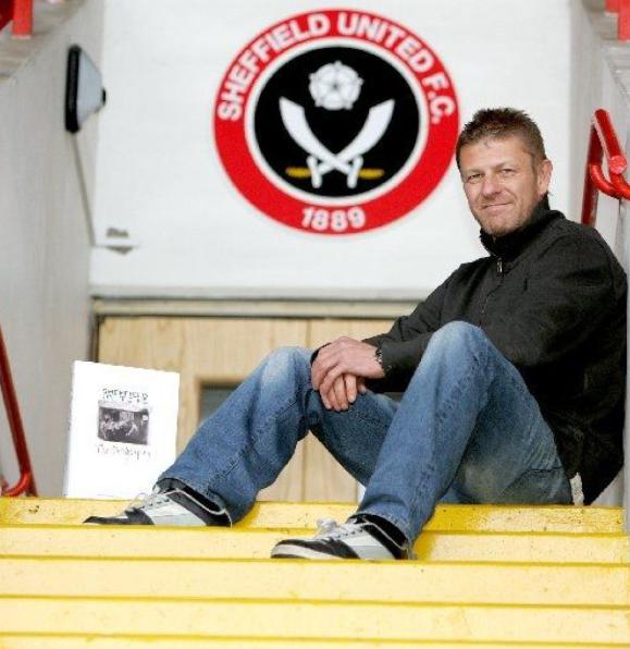 Sean Bean (Ned Stark), fotografiat pe stadionul lui Sheffield United