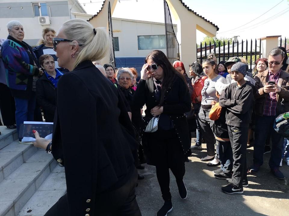 Vica Blochina a venit însoțită de Oana Roman la înmormântarea lui Răzvan Ciobanu   VIDEO