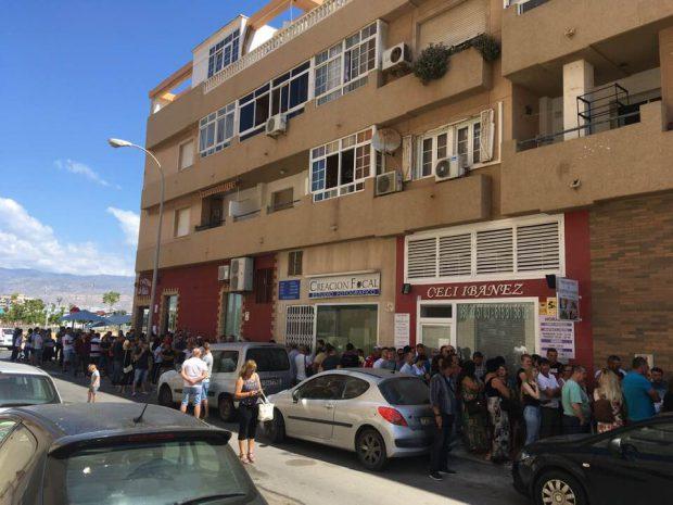 Românii stau la coadă să voteze la secția de vot din Roquetas de Mar, provincia Almeria, Spania
