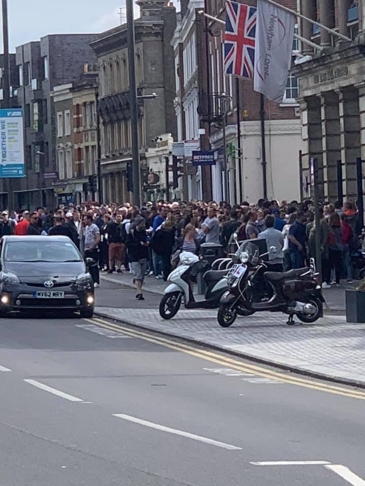 """FOTO, VIDEO   Imagini incredibile la Londra: coadă interminabilă la secția de votare din cartierul botezat """"Little Romania""""! Mobilizare exemplară a diasporei și în Germania, Italia, Olanda și Belgia"""