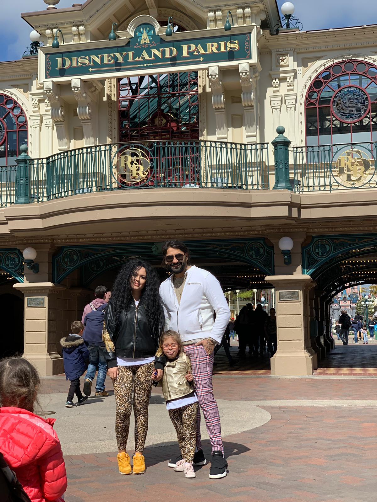 Primele poze cu Connect-R, Misha și Maya, fiica lor, din vacanța petrecută la Disneyland