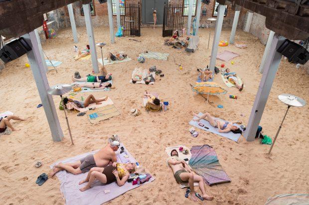 """""""Sun & Sea (Marina)"""", la Pavilionul Lituaniei, foto de Andrej Vasilenko"""
