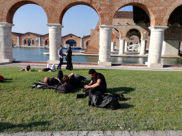 Jurnaliști odihnindu-se în iarbă, la Arsenale