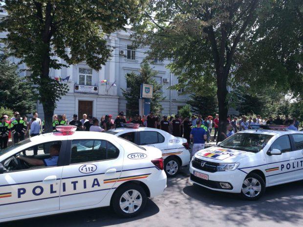 Moment de reculegere, în fața sediului Inspectoratului Județean de Poliție Constanța