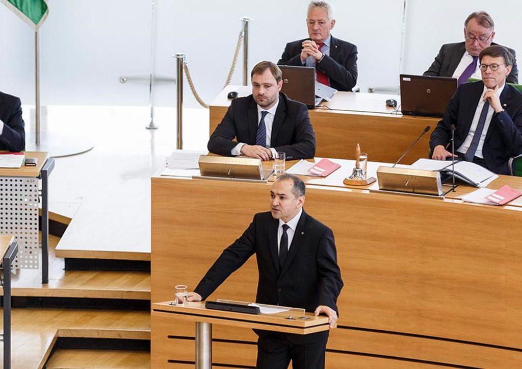 Octavian Ursu, susținând un discurs în parlamentul landului Saxonia. FOTO: octavian-ursu.de