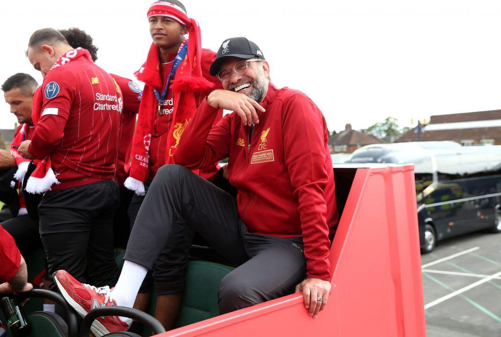 Antrenorul Jurgen Klopp, alături de jucătorii echipei sale, FC Liverpool, la prada după câștigarea UEFA Champions League