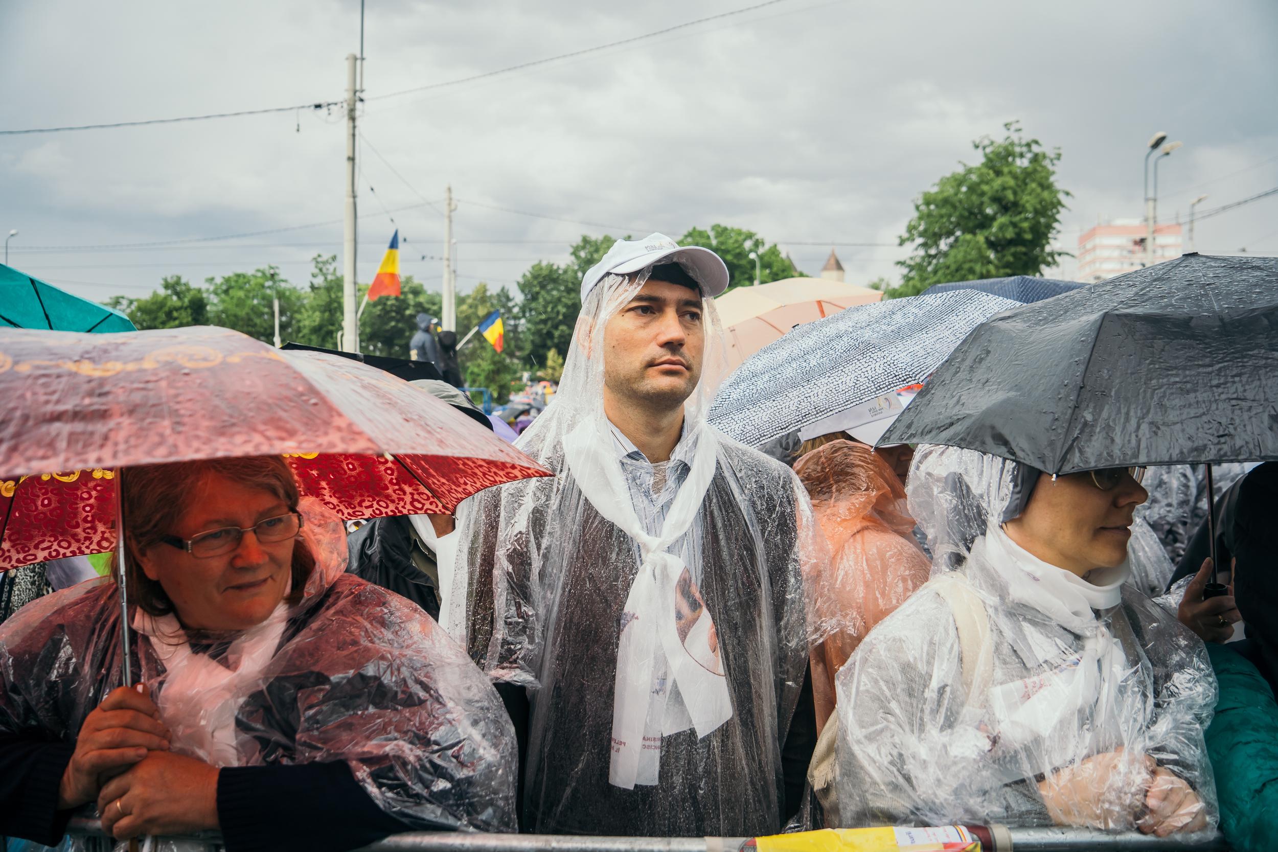 """FOTOREPORTAJ DOCUMENTARIA / Iași, 150.000 de oameni și-o rugăciune într-un singur glas. """"Papa se simte acasă între voi. Vă mulțumesc!"""""""