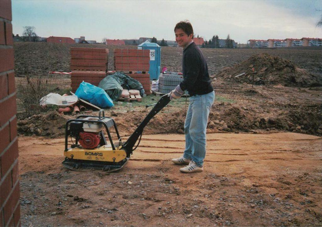 Octavian Ursu, în timpul construcției casei personale din Gorlitz. FOTO: octavian-ursu.de