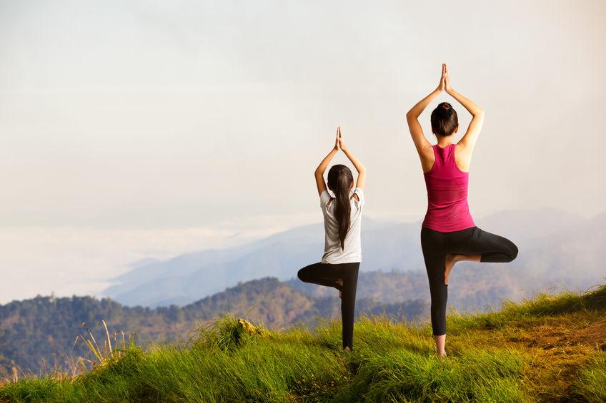 Practicare Yoga - mama si fiica practica yoga