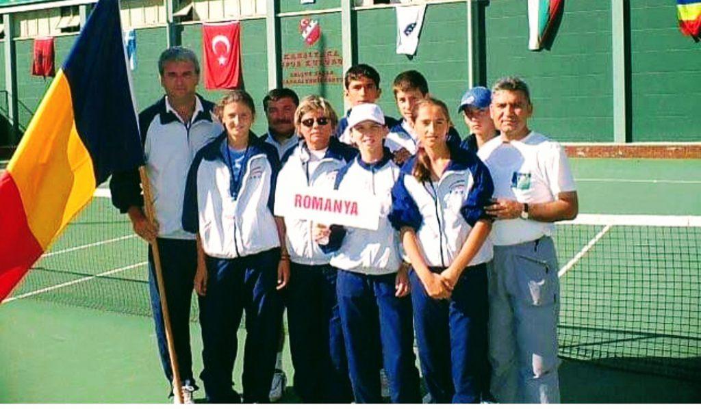 Liviu Ursuleanu, stânga, a fost antrenorul loturilor de juniori la Balcaniada din 2004. În echipa de fete jucau Simona Halep, cea care ține pancarta pe care scrie Romanya, Irina Begu și Cadanțu. În fotografie mai sunt regretata Florența Mihai, fostă antrenoare federală, Curcă Costel, antrenor, tatăl Simonei Halep, dreapta și juniorii Marius Cîrstea, Adrian Belei și Ale Vodislav